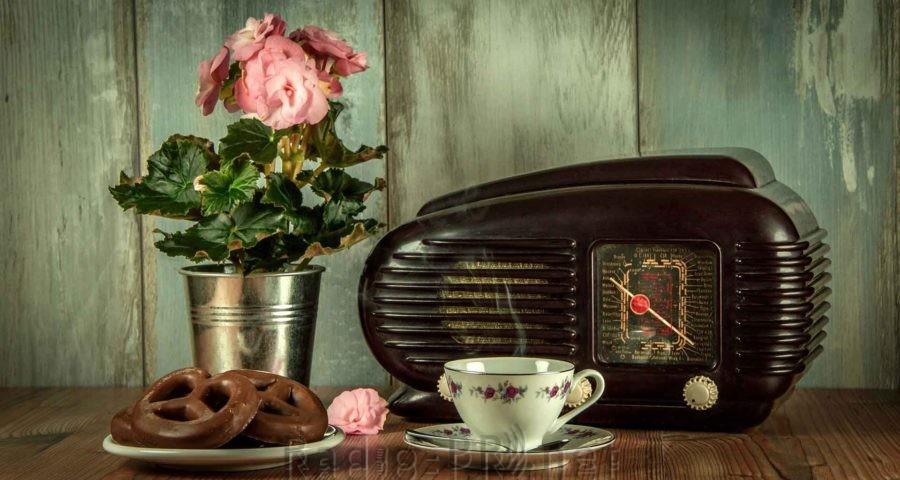 Die gute alte Zeit. Eine Radiosendung, Gebäck und ein Tässchen Tee oder Kaffee.